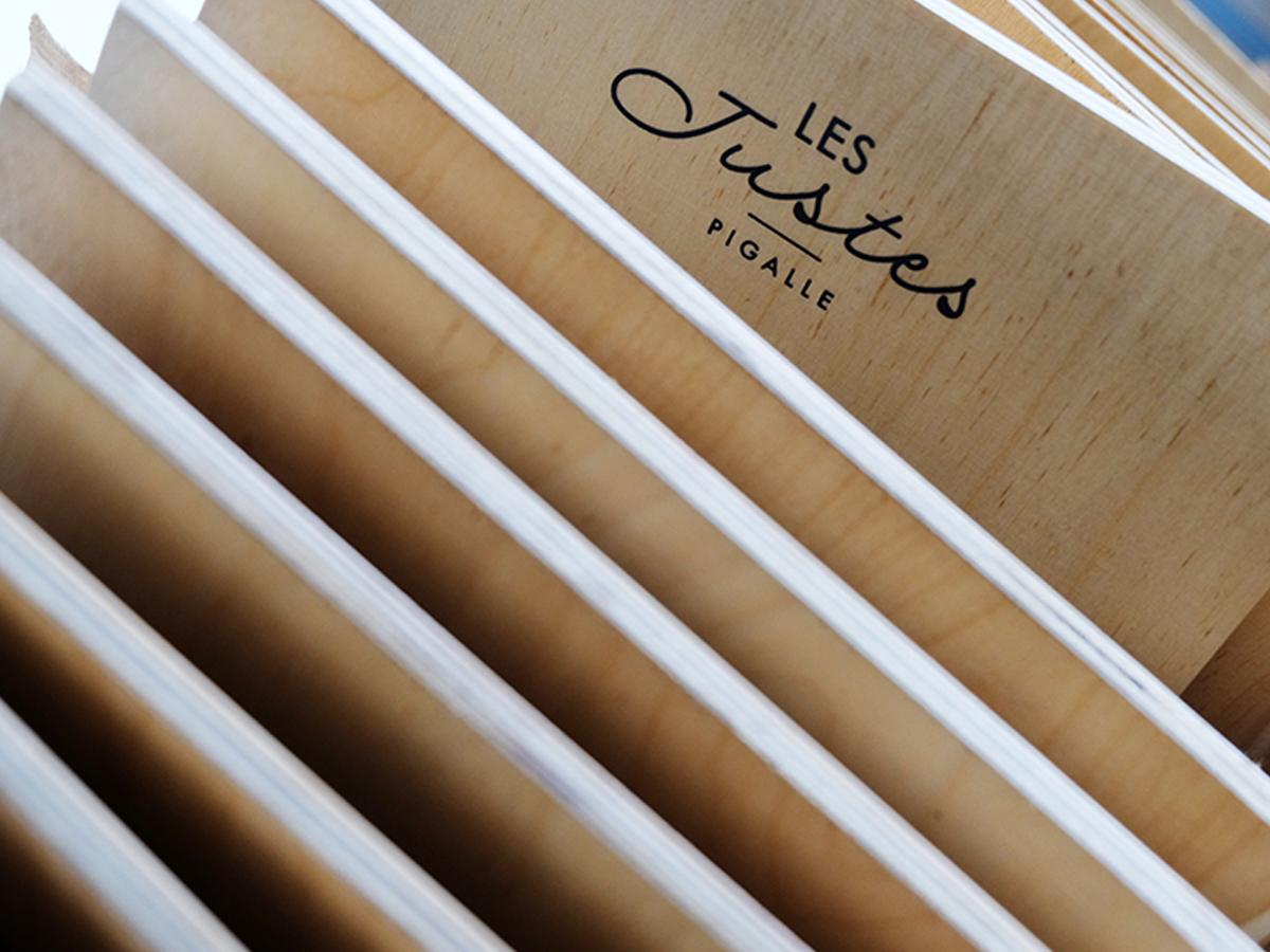 Fwells - Réalisations - Les Justes Pigalle - Cartes Cocktails sur bois